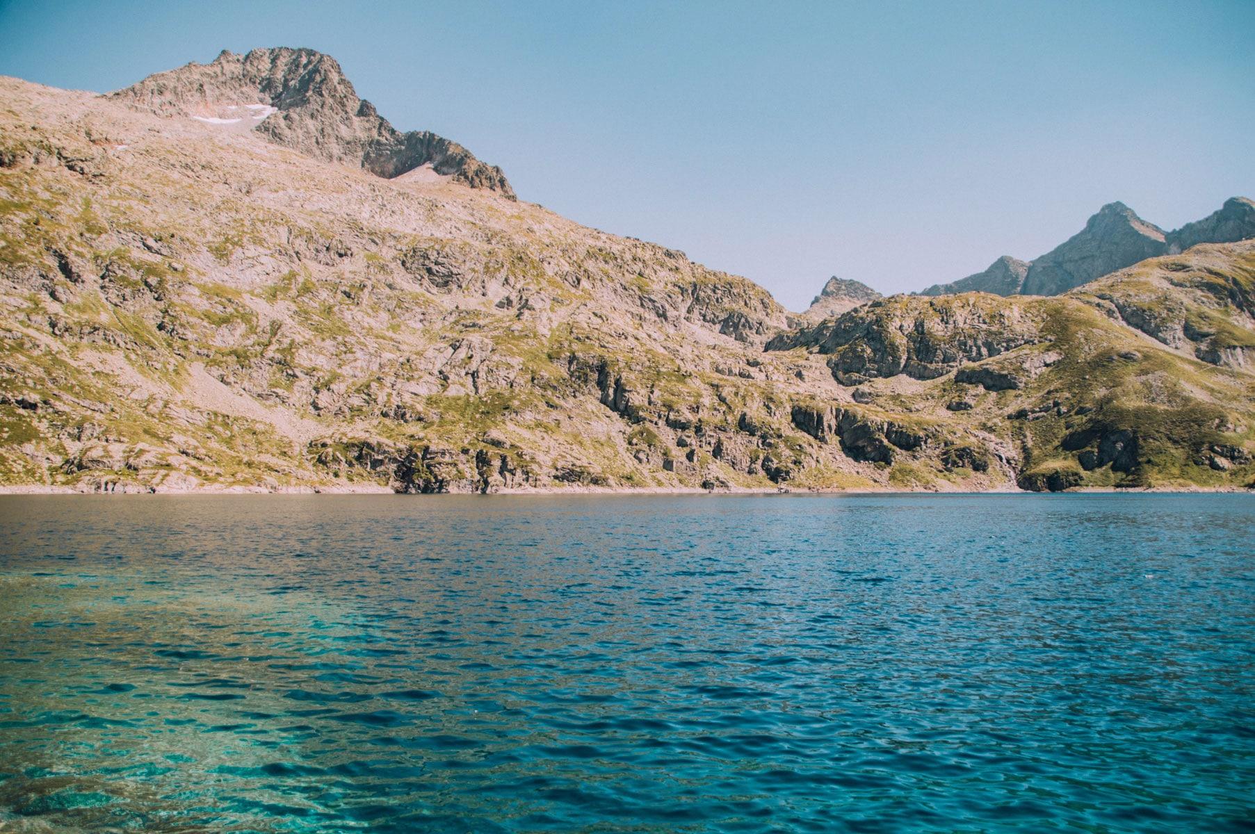 Pyrénées lac montagne